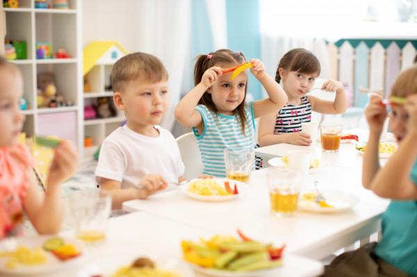 Żywienie w żłobkach i przedszkolach powinno zaspokajać aż 70-75 proc. pokrycia dziennego zapotrzebowania dziecka na energię i wszystkie składniki odżywcze.