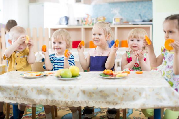 Błędem żywieniowym popełnianym przez żłobki i przedszkola, według wielu rodziców i dietetyków, jest codzienne uwzględnianie w jadłospisie czegoś słodkiego.