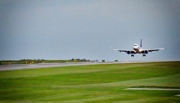 Startujące i lądujące samoloty to coraz częstszy widok na gdańskim lotnisku. Powrót do siatki połączeń i liczby pasażerów sprzed pandemii może jednak zająć nawet trzy lata.