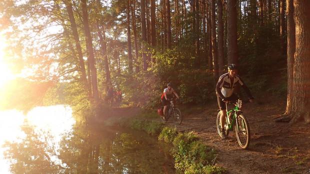 Wycieczki rowerowe po pracy to świetny sposób na przekonanie się do regularnej aktywności fizycznej.