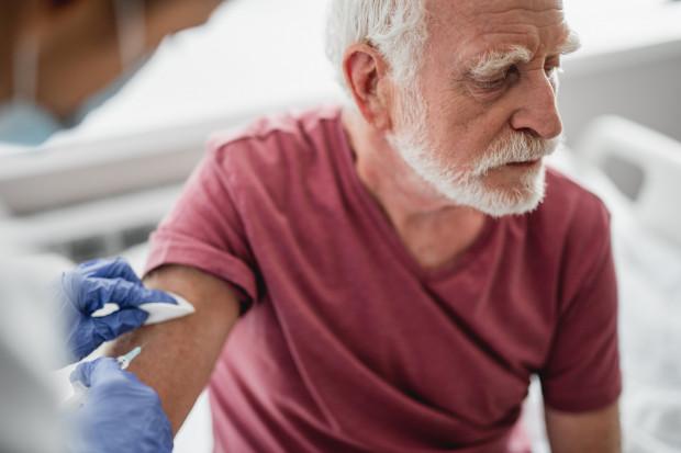Trójmiejscy seniorzy za szczepienie przeciwko grypie nie muszą płacić - koszty biorą na siebie samorządy. Zakładając oczywiście, że szczepionka pojawi się w aptekach.