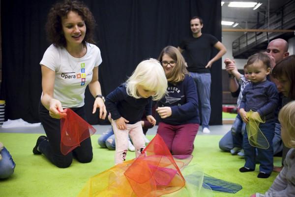 Opera na start to zajęcia muzyczno-ruchowe skierowane do dzieci najmłodszych (0-3 lat).