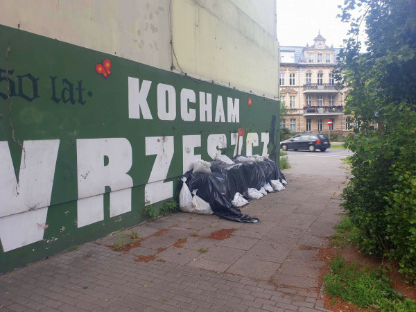 Jedni uważają, że mural powinien powstać, bo promuje słuszną ideę, drudzy uważają, że pieniądze można spożytkować np. na remont elewacji.