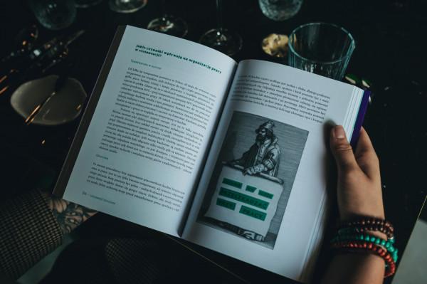 """Szampańskie śniadanie w Fino Noir było także okazją do dyskusji na temat książki """"Gościnność od kuchni""""."""