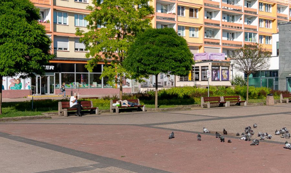 Ławki na placu przed Cristalem regularnie są oblegane przez amatorów mocniejszych trunków. Miasto informuje, że walczy z tym problemem.