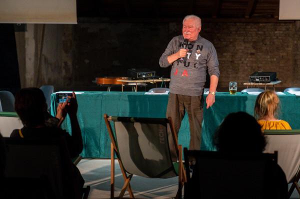 Gościem wydarzenia był prezydent Lech Wałęsa, który stworzył wyjątkowy kontekst czytaniu wyreżyserowanemu przez Piotra Jankowskiego.