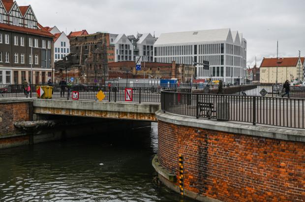 Białe budynki widoczne na zdjęciu powstały w ramach pierwszego etapu zabudowy Wyspy Spichrzów, prowadzonej przez Granarię. Widoczny na pierwszym planie Most Stągiewny ma zostać przebudowany na zwodzony przez tego inwestora w drugim etapie prac.
