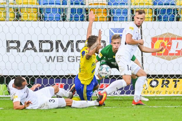 Arka Gdynia 5 z 12 goli w tym sezonie strzeliła po stałych fragmentach gry. Na zdjęciu Adam Danch faulowany na rzut karny w meczu z Puszczą Niepołomice.