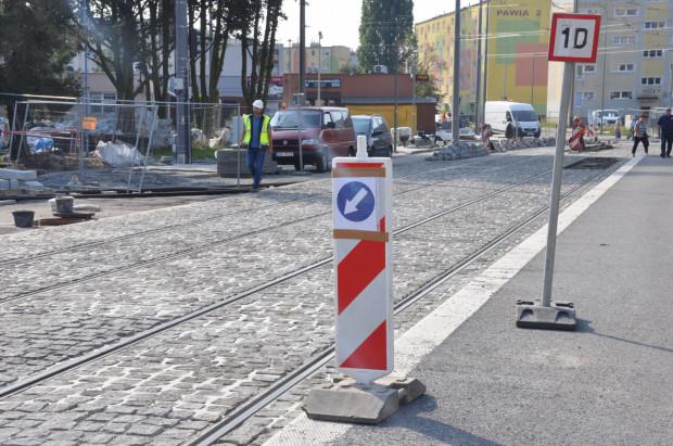 W miejscu wykolejenia tramwaju obowiązuje ograniczenie prędkości do 10 km/h.