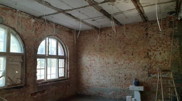 Zdemontowano stare instalacje elektryczne, w ich miejsce trwa montaż nowych.