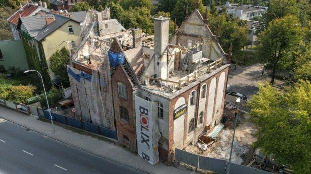 Postęp prac widoczny jest gołym okiem. Aktualnie zdemontowano dach budynku.