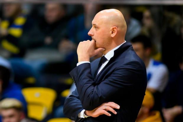 Przed trenerem Przemysławem Frasunkiewiczem niełatwy sezon. Prowadzona przez niego Asseco Arka Gdynia gra skuteczną koszykówkę w tym sezonie, ale jego zadaniem będzie jeszcze połączenie stylu z odpowiednią rotacją, gdyż wąska kadra drużyny to największy jej problem.
