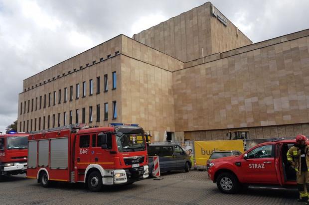 Wozy strażackie pojawiły się pod Teatrem Wybrzeże z powodu niegroźnego pożaru, który wybuchł podczas prac remontowych prowadzonych w piwnicach budynku.