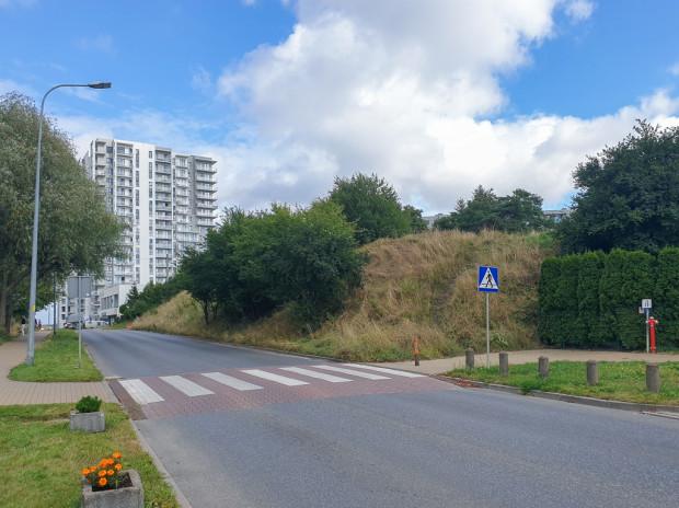Na skarpie przy ul. Piekarniczej urbaniści przewidzieli teren zieleni otoczony z trzech stron płotami sąsiednich posesji.