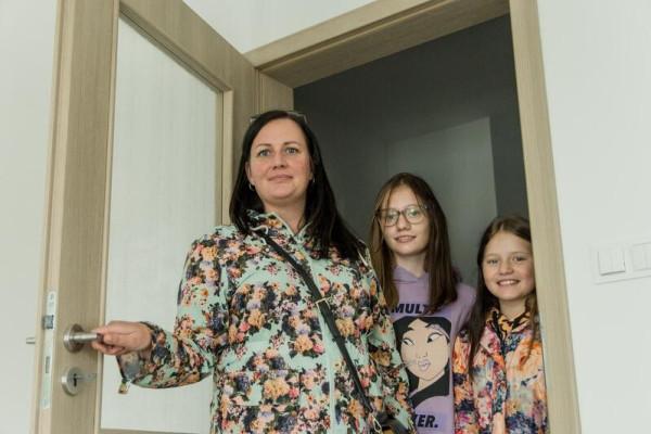 Wśród osób, które odebrały nowe mieszkanie w TBS-ie w Letnicy, jest pani Anna wraz z córkami Polą i Martyną.