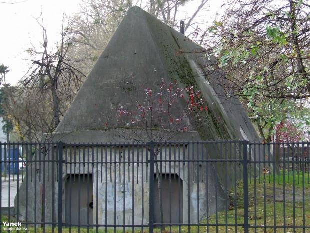 Okalający schron płot jest najstarszym w całej Gdyni. Pochodzi z XIX wieku i najprawdopodobniej był pierwotnie zamontowany na Twierdzy Wisłoujście w Gdańsku.