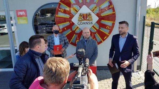 Andrzej Bojanowski (w maseczce) oraz Alan Aleksandrowicz (w środku) są przekonani, że miasto nie złamało prawa.