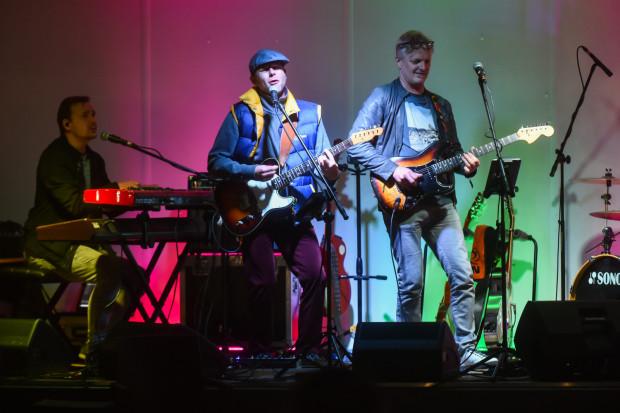 Projekt muzyczny Solid Rock powstał z miłości do tej muzyki. Zespół tworzą: Andrzej Waluk, Remigiusz Olszewski, Przemek Lenart, Krzysztof Partyka i Zbyszek Chrzanowski. W piątek, 18 września zespół przypomniał największe przeboje Dire Straits.