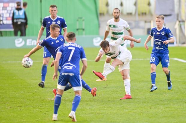 Na tle Stali Mielec piłkarze Lechii Gdańsk zaprezentowali wiele ofensywnych atutów. Wymienili blisko 500 podań, oddali 28 strzałów. Na zdjęciu uderza Conrado.