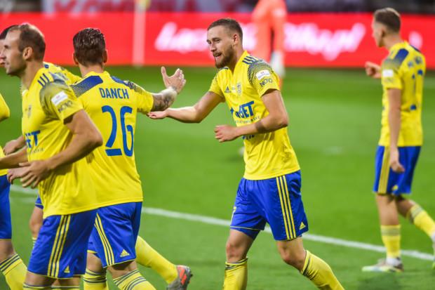 Mateusz Żebrowski (w środku) zagrał po raz pierwszy w wyjściowym składzie Arki Gdynia przeciwko Miedzi Legnica. Jego zespół wygrał 4:0, a on sam zdobył dwie bramki.