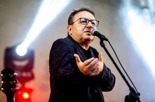Zbigniew Zamachowski cieszy się ogromnym uznaniem i sympatią publiczności, czego dowodem jest tak liczna frekwencja na niedzielnym koncercie w parku Oruńskim.