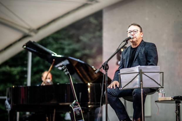 Zbigniewowi Zamachowskiemu towarzyszył na scenie pianista Roman Hudaszek.
