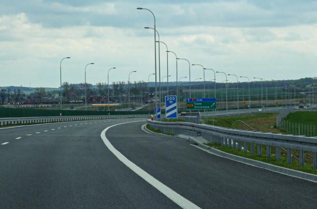 Dotychczas informacja o odległości do pasa zjazdu (wyłączania) stosowana była tylko na autostradach. Teraz podobne znaki pojawią się na drogach ekspresowych.