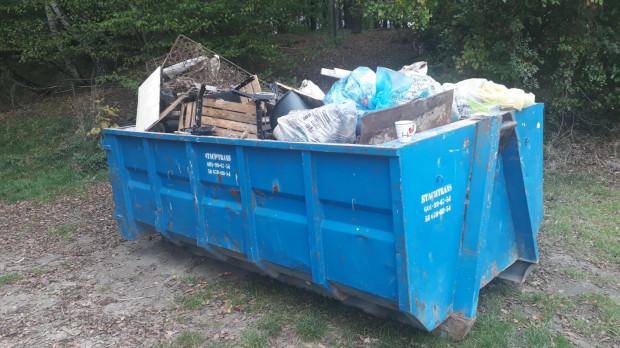 Śmieci zebrane w miejskim lesie szybko wypełniły po brzegi cały kontener.