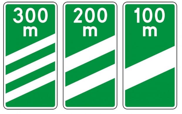 Wzór tablic wskaźnikowych informujących o odległości do początku pasa prowadzącego do wyjazdu z dróg ekpresowych.