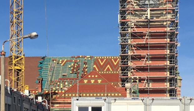 Kolorowe wzory na dachu remontowanego dworca Gdańsk Główny.
