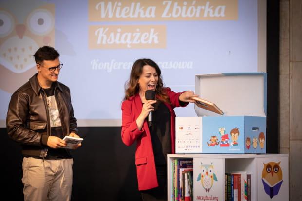 Wielką Zbiórkę Książek zainaugurowali ambasadorzy fundacji - Katarzyna Pakosińska i Mateusz Damięcki.