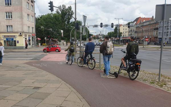 Użytkownik hulajnogi to w myśl przepisów pieszy, choć prędkości rozwijane przez te urządzenia są bliższe rowerom. Także komfort jazdy po asfalcie jest wyższy niż po płytach chodnikowych.