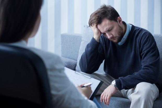 Osoba zmagająca się z zaburzeniami często nie daje po sobie poznać, że cierpi. Wstydzi się też zwrócić po pomoc do specjalisty. Warto jednak pokonać uprzedzenia i obawy, i zawalczyć o siebie.