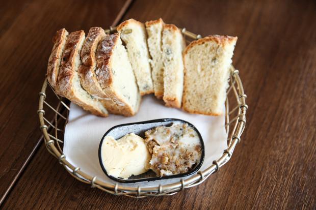 Czekadełko: chleb, smalczyk i masło