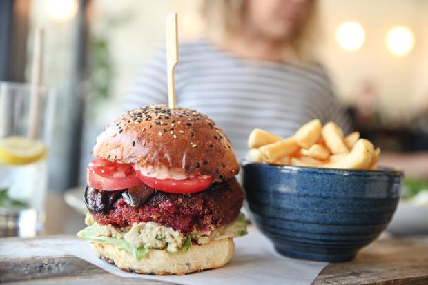 """Beetroot, czyli wegański burger z burakiem, guacamole, """"boczkiem"""" z bakłażana i frytami"""