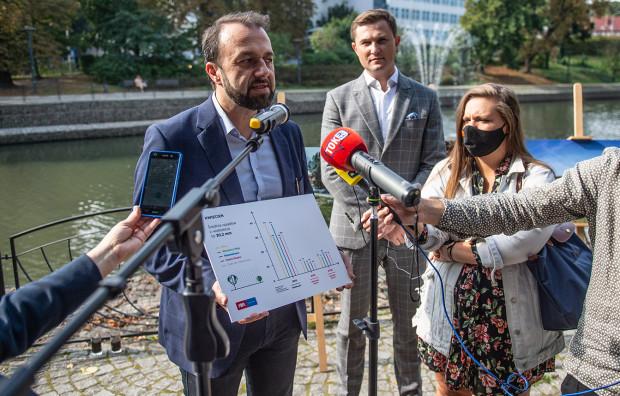 Prezes spółki Gdańskie Wody (po lewej) mówił o efektach, jakie przyniosła akcja niekoszenia traw. Udało się zmagazynować wodę, której objętość zajęłaby zbiornik retencyjny.