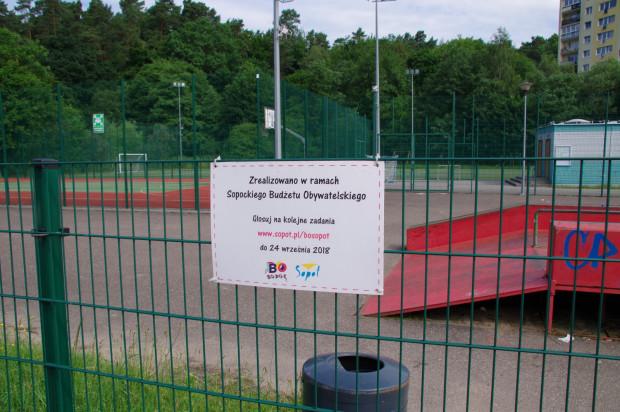 Tabliczka na ogrodzeniu skateparku przy ul. Kolberga jest myląca, bo inwestycji nadal nie wykonano. Miasto zapowiada, że stanie się to do końca kwietnia przyszłego roku.