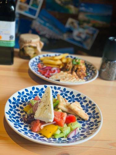 Propozycja taverny Zante: mini Horiatiki Salad - oryginalny ser feta / pomidor / ogórek / papryka / oregano / czerwona cebula / oliwki kalamata / oliwa / pita.