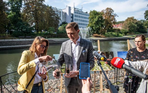 Podczas konferencji prasowej wiceprezydent Piotr Grzelak zademonstrował, jak woda jest wchłaniana przez suchą, a jak przez wilgotną glebę. Ta sucha praktycznie jej nie przyjmowała.