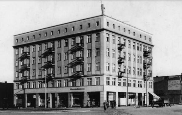 Statua Wolności wieńczyła szczyt kamienicy na rogu ul. Starowiejskiej oraz Dworcowej od 1928 roku.