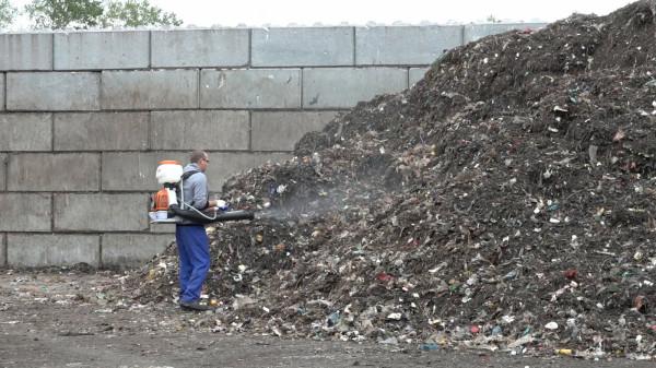 W zakładzie utylizacyjnym w Szadółkach codziennie prowadzone są opryski odpadów, które mają ograniczyć wydzielany przez nie fetor.