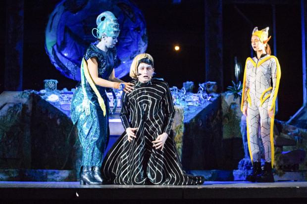 """""""Kosmici"""" w Teatrze Miniatura w dowcipny sposób portretują zachowania międzyludzkie, widziane oczami przybyszów z innej planety."""