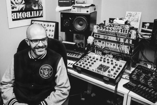 Maciek Polak, twórca szeroko pojętej muzyki elektronicznej, bazującej głęboko na starych, ponad 40 letnich syntezatorach, zagra na ORP Błyskawica.