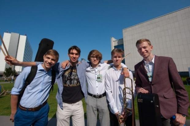 """W ramach muzycznej odsłony tegorocznego festiwalu, utalentowani uczniowie Szkoły Muzycznej zagrają plenerowy koncert """"The Spongers live""""."""
