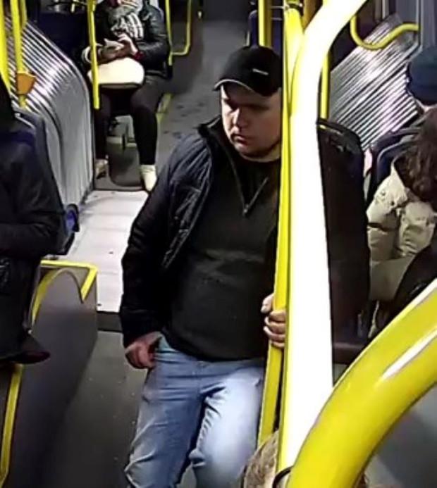 Widoczny na zdjęciu mężczyzna miał według policji zaatakować 72-letnią mieszkankę Gdyni.