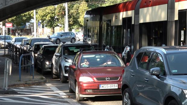 Po zmianach na ul. Piramowicza samochody blokują pojazdy komunikacji miejskiej.