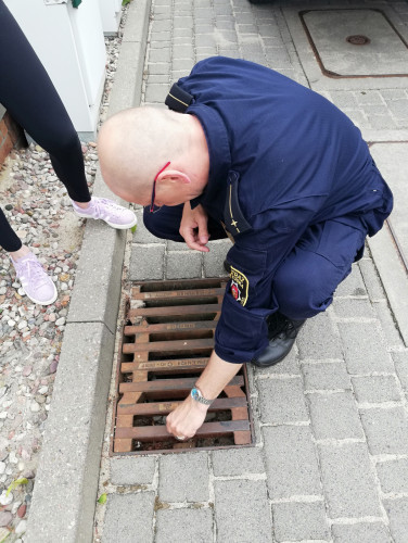 Funkcjonariusze wyciągnęli małą kaczuszkę, która wpadła do studzienki na gdyńskim Oksywiu.