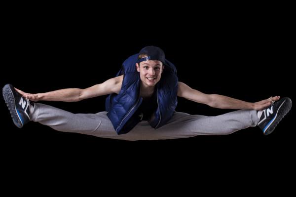 Doświadczenie akrobatyczne, taneczne i muzyczne ułatwia mu codzienną pracę.