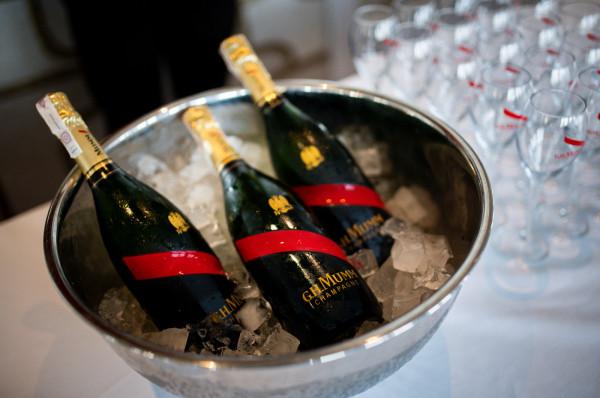 Do przystawek i deserów zaserwowano szampany marki Mumm.