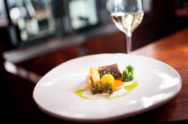 Restauracja Grand Blue proponuje dania stworzone z ryb, owoców morza oraz sezonowych i lokalnych składników. Autorskie propozycje szefa kuchni Tomasza Koprowskiego zachwycają lekkim i kuszącym smakiem.